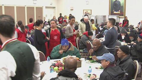 Voluntarios le brindaron una cena de Acción de Gracias a más de 11.000 p...