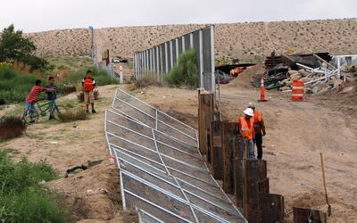 Trabajos de construcción en el muro fronterizo con México.