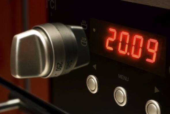 Precalienta el horno a 320 grados Fahrenheit.