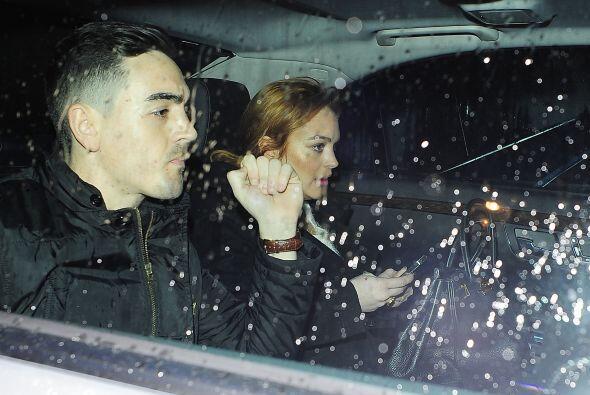 La famosa de 27 años salió de fiesta toda la noche, a pesar del frío y l...