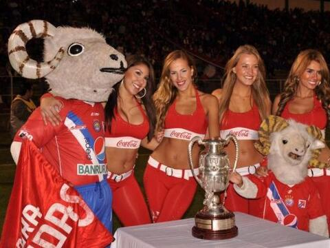 Las edecanes resguardaban la Copa Centenario que disputaban El Xelaj&uac...