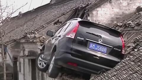 Incrustado en el techo de una casa acabó un auto que se salió de la vía...