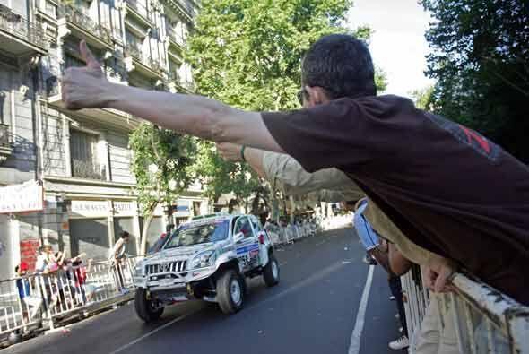 Los aficionados saludaron al chileno Jorge Latrach en su salida de Bueno...