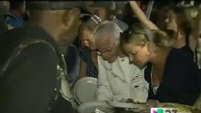 Anciano de 90 años vuelve a alimentar desamparados