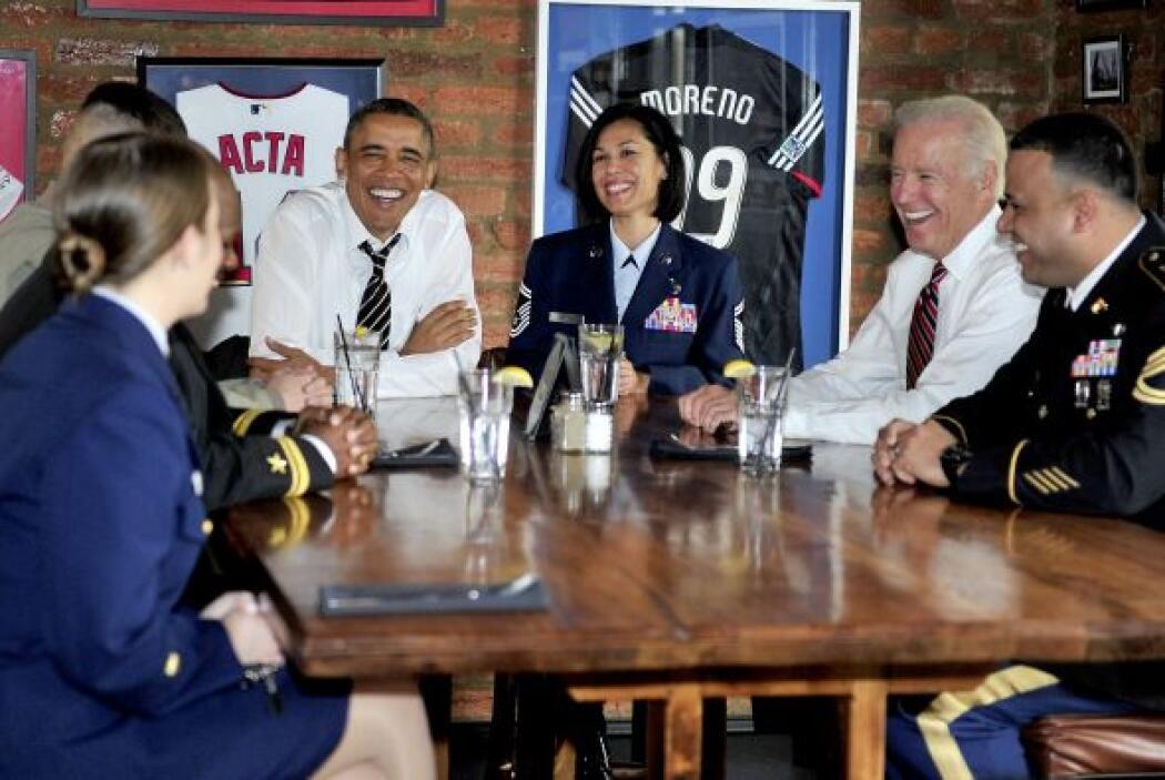 El presidente Barack Obama y el vicepresidente Joe Biden almuerzan con l...