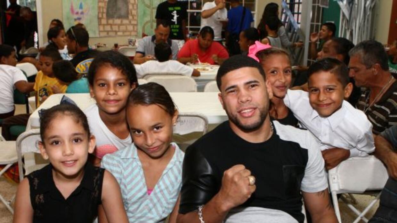 El ex campeón mundial compartió con los niños y jóvenes del proyecto Fue...