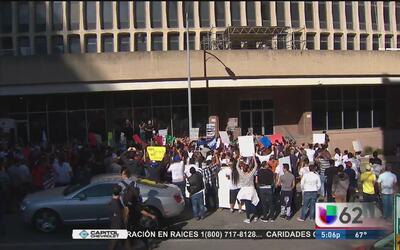 Familiares de inmigrantes detenidos por ICE protestan  en el centro de A...