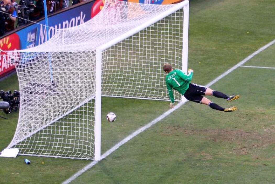 El balón ingresó claramente, pero los alemanes repusieron el juego sin d...