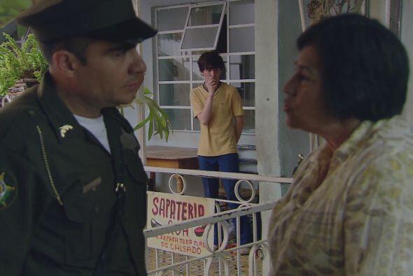 Pero una de sus vecinas le dice a la policía que el joven que abr...