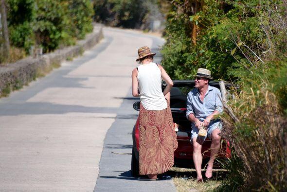 La pareja regresó al auto, que dejaron orillado en la carretera.