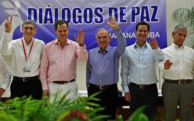 Los delegados del Gobierno colombiano y de las FARC al anunciar el acuer...