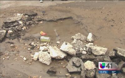 Mujer de San Antonio denuncia que su hogar está inundado con aguas negras