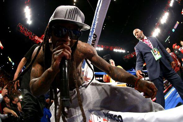 El rapero Lil Wayne acompañó a Mayweather Jr hasta el cuad...