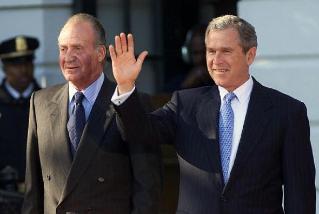 George W. Bush posa junto al rey Juan Carlos en el pórtico sur de la Cas...