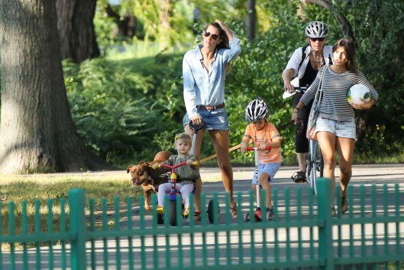 Y así, toda la familia: Vivian, Benjamin y John se dirigen hacia el parq...
