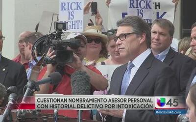 Controversia por asesor personal de Perry