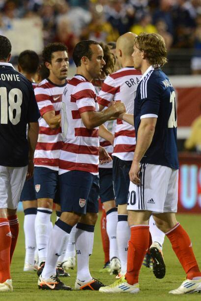 El goleador del encuentro: Landon Donovan, saludó a todos los integrante...