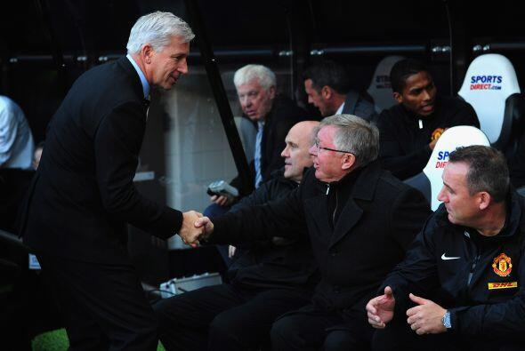 Los entrenadores, Alan Pardew y Sir Alex Ferguson, se saludaron antes de...
