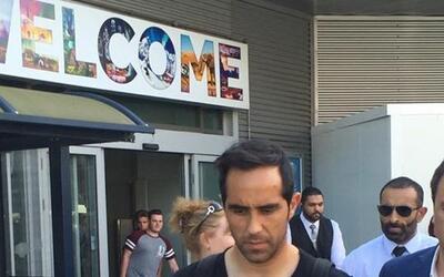 Claudio Bravo a su llegada al aeropuerto de Manchester.