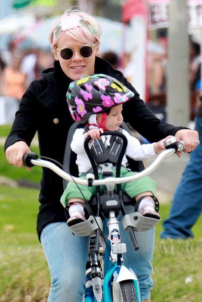 Adora llevarla en bici y disfrutar al aire libre.Mira aquí los videos má...