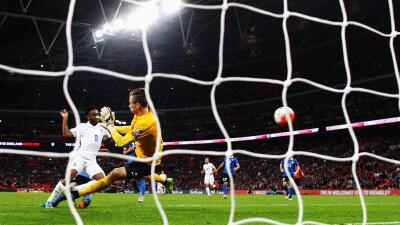 Sterling anota su gol contra Estonia.