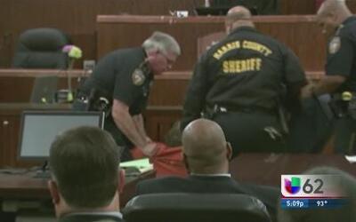 Mientras el fiscal leía, el presunto asesino de cuatro niños y de su ex...