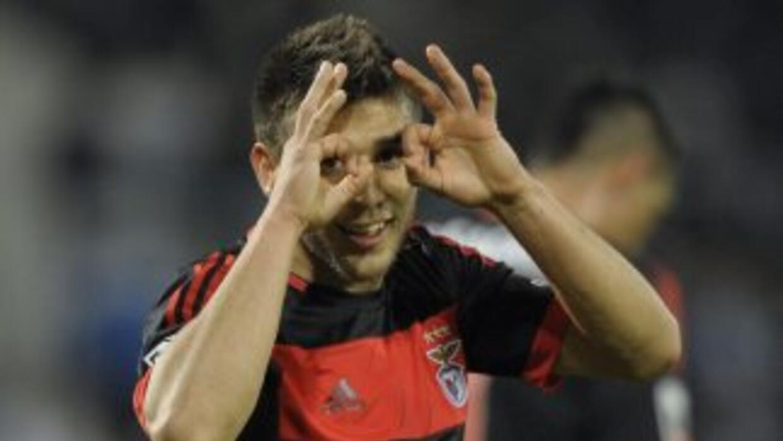 El 'Toto' Salvio festeja uno de los goles para el Benfica.