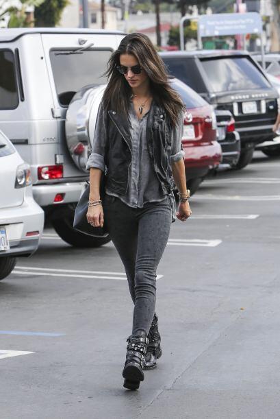 ¡La moda rockera se apoderó también de Alessandra Am...