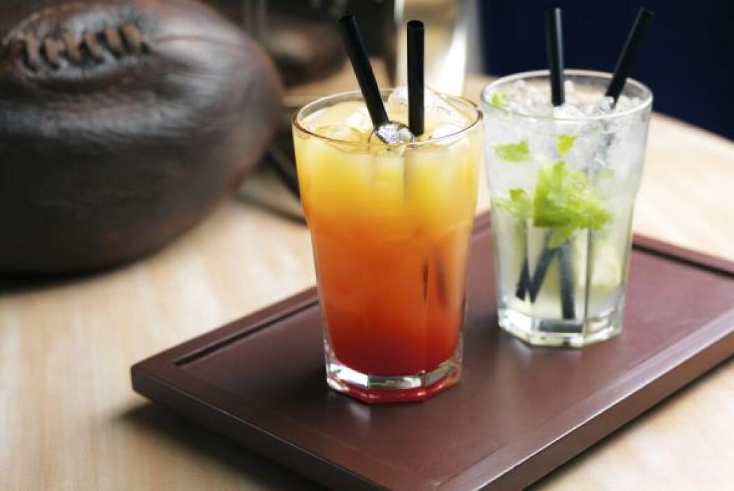 Tequila sunrise4 onzas de jugo de naranja2 onzas de tequila1/2 onza de g...