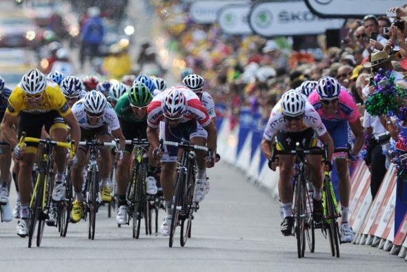 Sobre la línea de llegada, Cavendish se impuso al italiano Alessandro Pe...