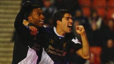 El delantero uruguayo (derecha) hizo dos tantos en la visita de los 'Red...
