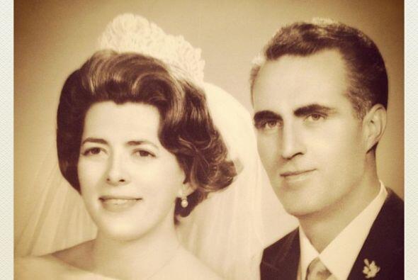 Montserrat incluso subió fotos de sus papás de recién casados.Mira aquí...