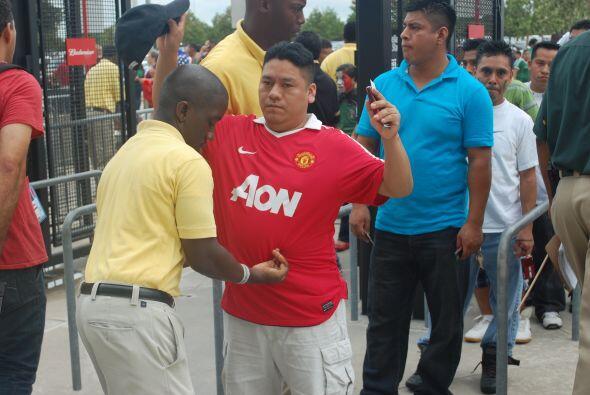 Bueno, ya es tiempo de entrar al estadio para el 'Chicharito', ahhh no,...