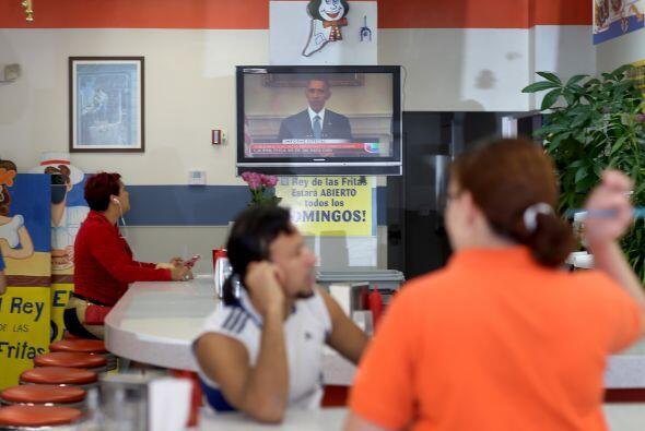 La gente se sentó frente al televisor en el restaurante El Rey de las Fr...