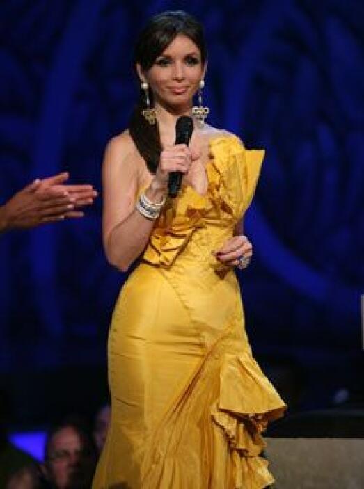Por eso, para ese atuendo, la presentadora eligió estos aretes dorados y...