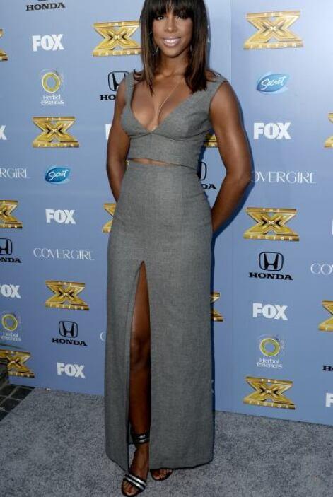 Kelly Rowland con este atuendo gris, de 'top' y maxifalda, se veía muy '...