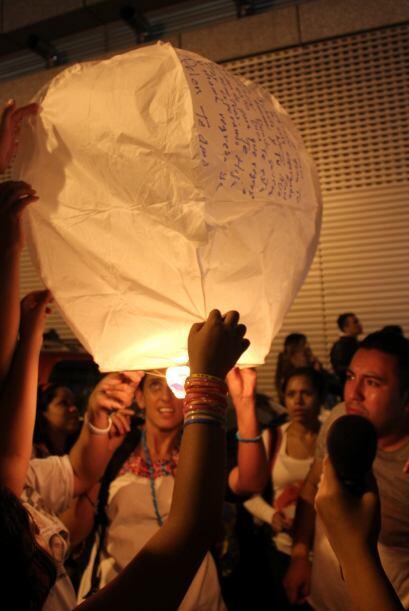 Por último, liberaron los globos de Cantoya junto con los mensajes escri...