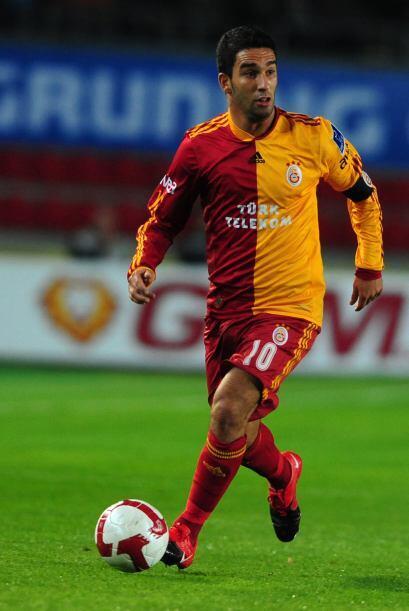Arda Turan tiene 24 años y es jugador del Galatasaray turco. Tiene buena...
