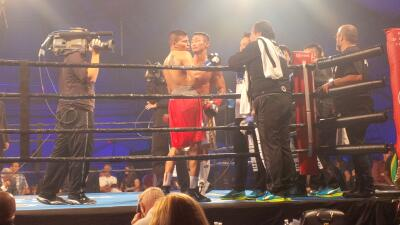 Wáter Castillo y Obara se abrazan al final de la pelea
