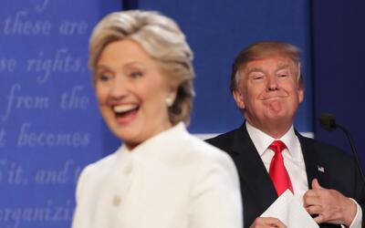 Hillary Clinton y Donald Trump durante el último debate presidenc...