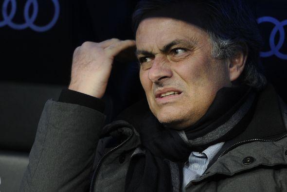 Mourinho, abucheado por su público, fue un manojo de nervios.