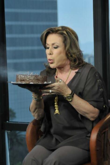 Como madrina del programa, Laura fue la encargada de soplar las velitas...