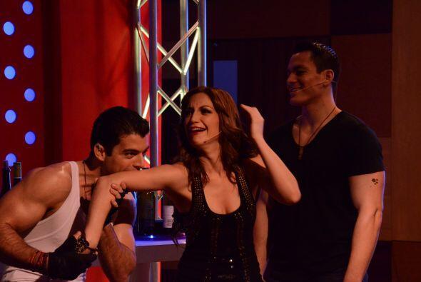 Laura, Adrián y Jonathan estaban bailando y tomando en la discoteca.