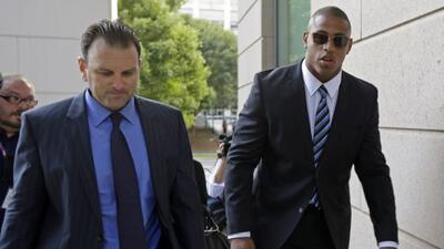 Sobrio llegó el defensivo de los Panthers vistiendo un traje negro y una...