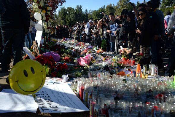 Veladoras, globos,  peluches, banderines, fotos y muchas flores fueron l...