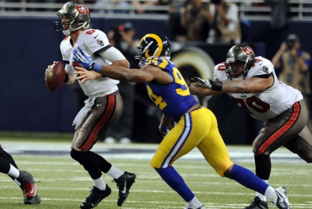Robert Quinn acumuló tres de las siete capturas de los Rams y fijó una m...