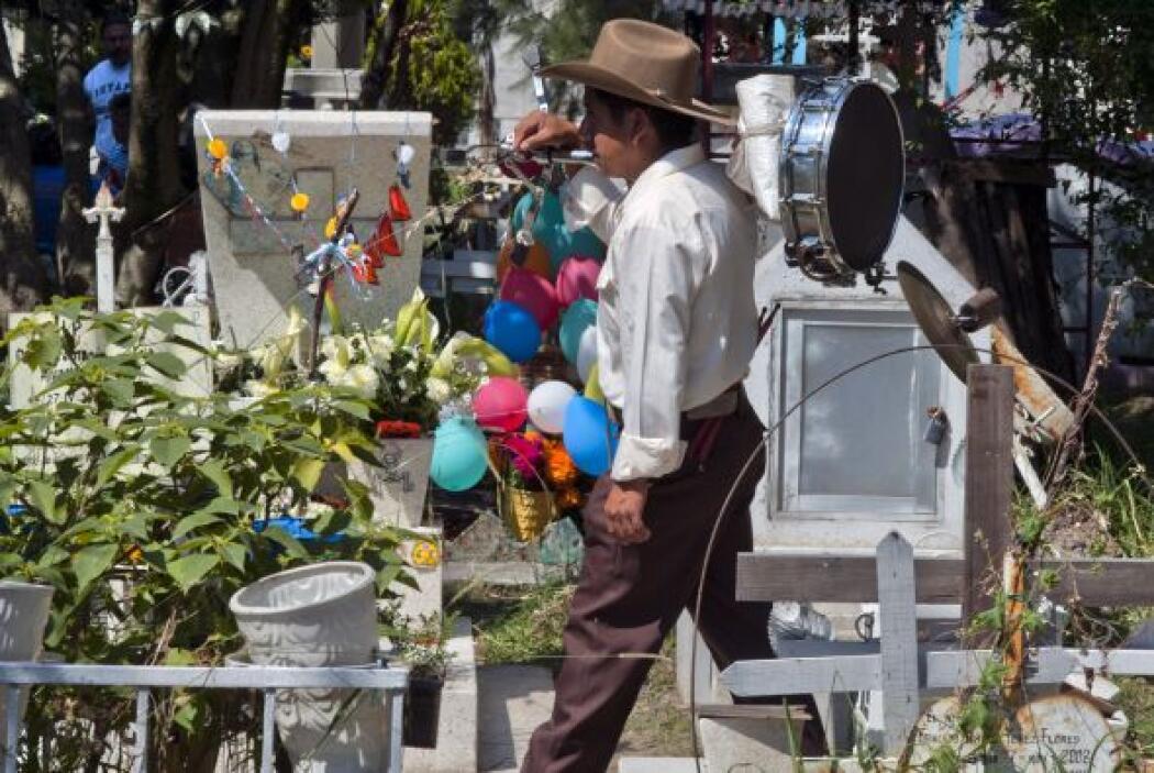Los cementerios se van llenando de vida desde muy temprano, e incluso du...