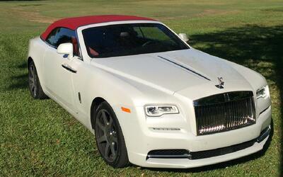 Paraguas y masajes bajo el sol, el Rolls-Royce Dawn es un spa sobre ruedas