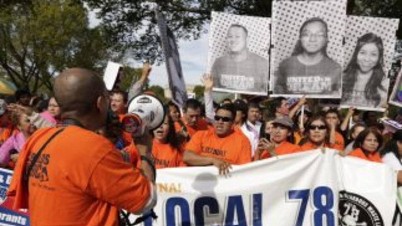 Activistas por los derechos de los inmigrantes durante una manifestación...