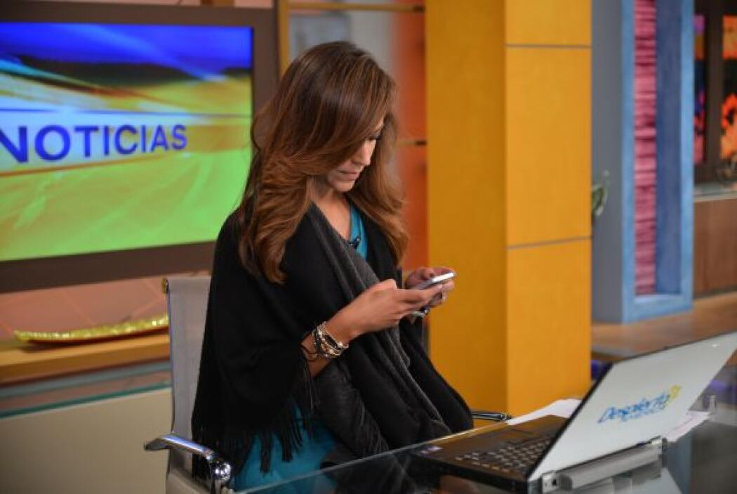 Satcha poniéndose al día con las noticias y de paso checando sus redes s...